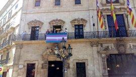 """Cort cuelga la bandera transexual del balcón como """"símbolo de tolerancia"""" durante la visita de Hazte Oír"""