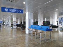El aeropuerto de Palma cuenta con una treintena de zonas de recarga para dispositivos electrónicos
