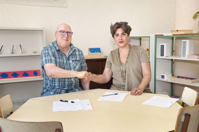 El alcalde de Huarte y la consejera Solana tras la firma