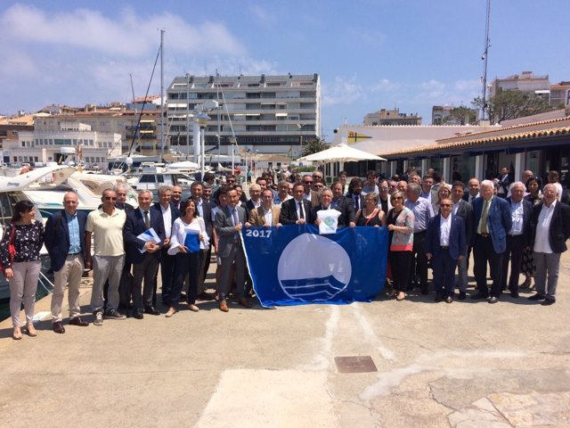 El conseller J.Rull entrega banderas azules a playas y puertos catalanes