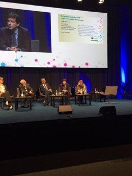 Mikel Irujo (2º dcha), durante su intervención en la conferencia de Helsinki