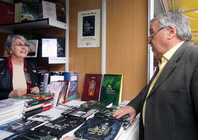 La autora del libro 'El traje charro' en la pasada feria de Salamanca