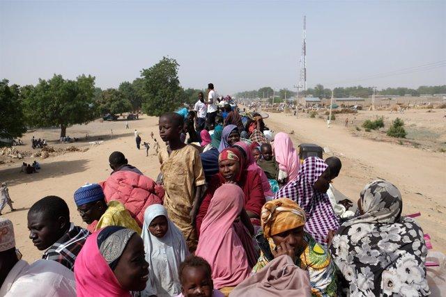 Un grupo de refugiados esperan a ser trasladados en el norte de Nigeria.