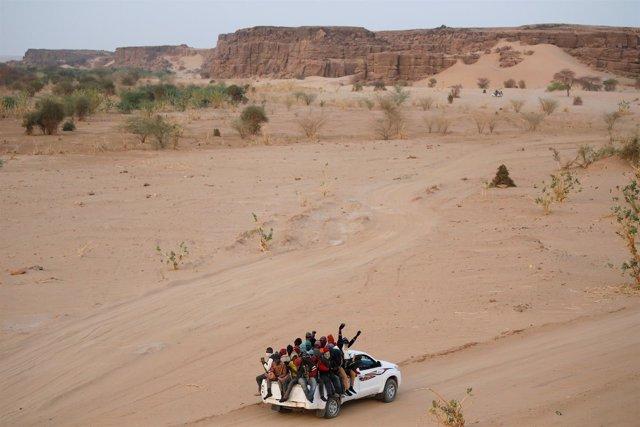 Migrantes cruzan el desierto del Sáhara hacia Libia