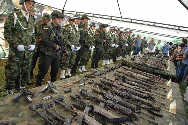 Rueda de prensa con las armas y los cuerpos de los 36 guerrilleros de las FARC