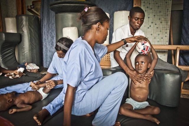 Un niño recibe rehabilitación en un centro de Handicap International en RDC