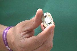 Diseñan un dispositivo de auxilio a mujeres maltratadas que se camufla en la ropa