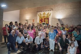 La Asamblea luce ya un tapiz con el escudo de Extremadura elaborado por usuarios de Placeat