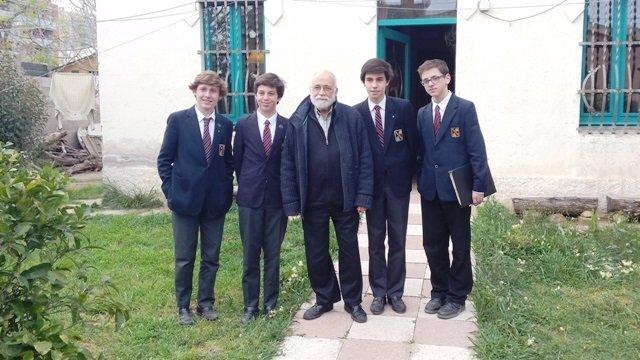 Estudiantes de la Viaró Global School con el economista Arcadi Oliveres