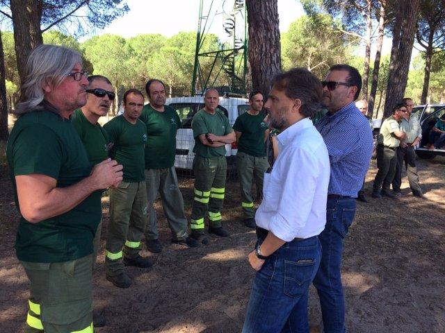 Visita del consejero de Medio Ambiente al dispositivo del Infoca en El Rocío