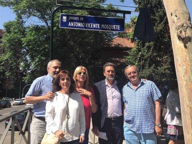 Mauricio Valiente y familiares descubriendo con la placa Antonio Vicente