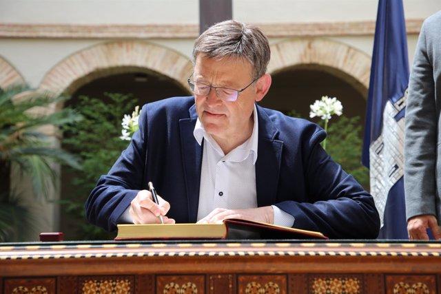 El 'president' ha firmado en el libro de honor de la localidad alicantina
