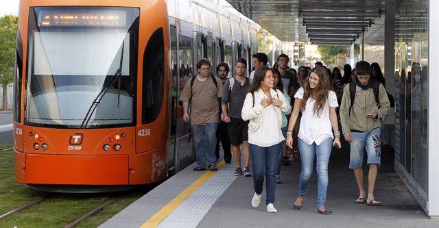 Estudiantes de la Universidad de Alicante usan la Linea 2