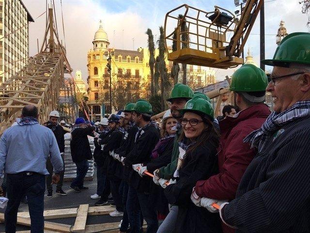 Oltra mostró su compromiso con las Fallas alzando el monumento del Ayuntamiento