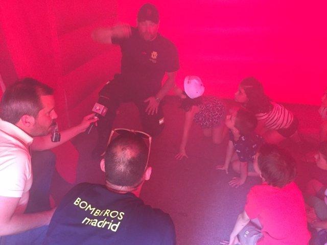 Bomberos de Madrid enseñando técnicas de evacuación