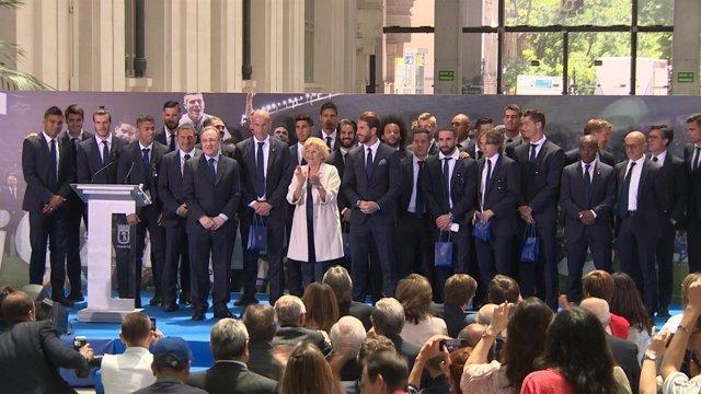 Manuela Carmena recibe al Real Madrid en el Ayuntamiento