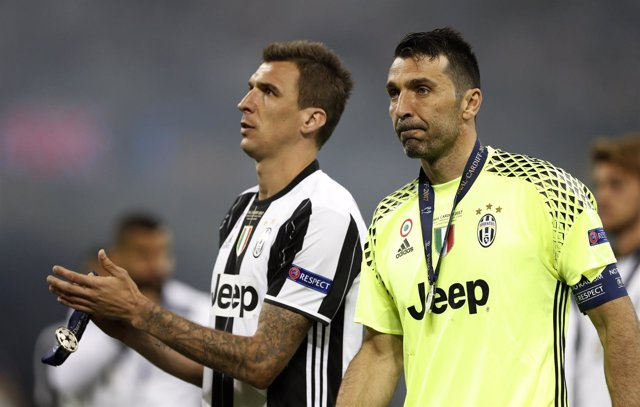 El Portero De La Juventus Gianluigi Buffon Acompañado De Mario Mandzukic