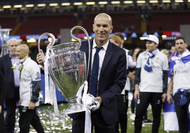 Zinédine Zidane posa con la Copa de Europa conseguida en Cardiff