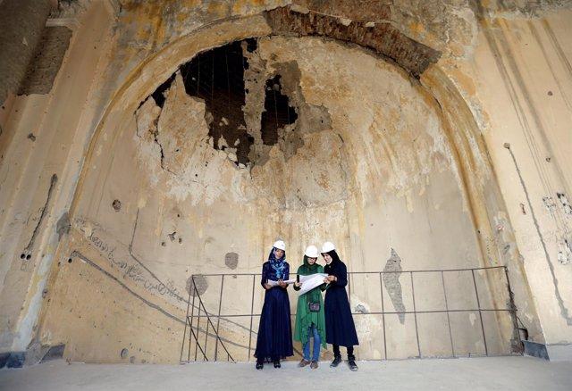 Mujeres ingenieras afganas trabajan en el palacio Darul Aman en Kabul