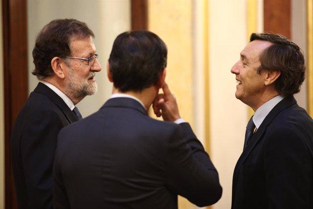 Rajoy hablando con Rafael Hernando y Fernando Martínez Maillo