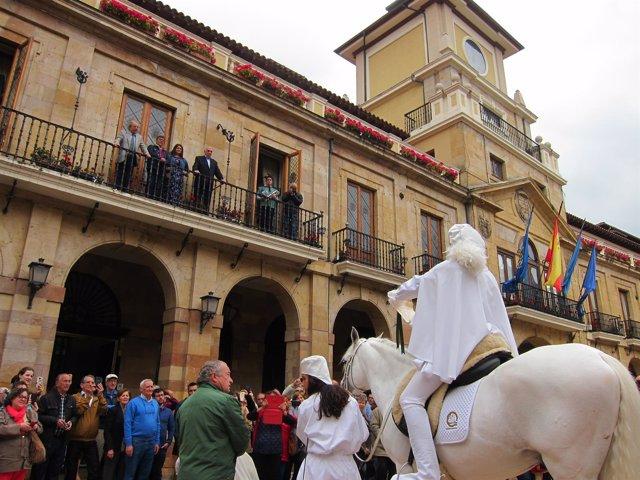 Heraldo de la Balesquida, fiestas de Martes de campo en Oviedo