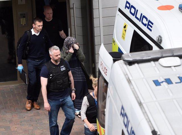 Policías escoltan a detenidas durante una operación antiterrorista en Londres