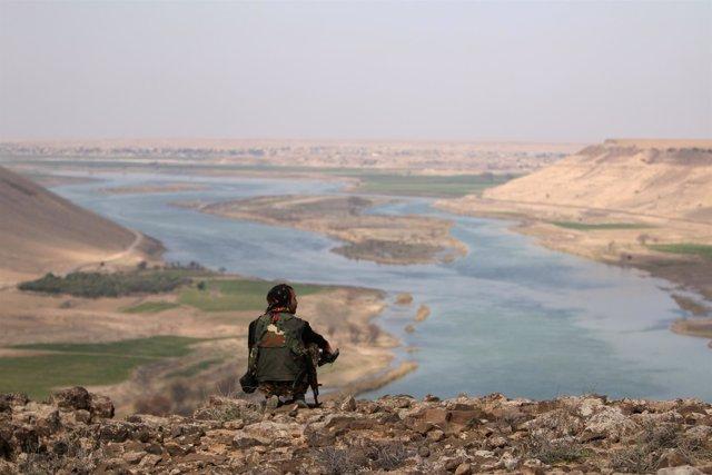 Miliciano de las FDS en el Éufrates al norte de Raqqa