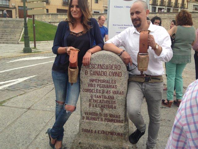 Rebeca Jiménez y Luis Callejo posan con sus cencerros dorados