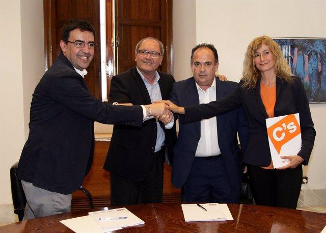 Firma del acuerdo de PSOE-A y Cs para la investidura de Susana Díaz
