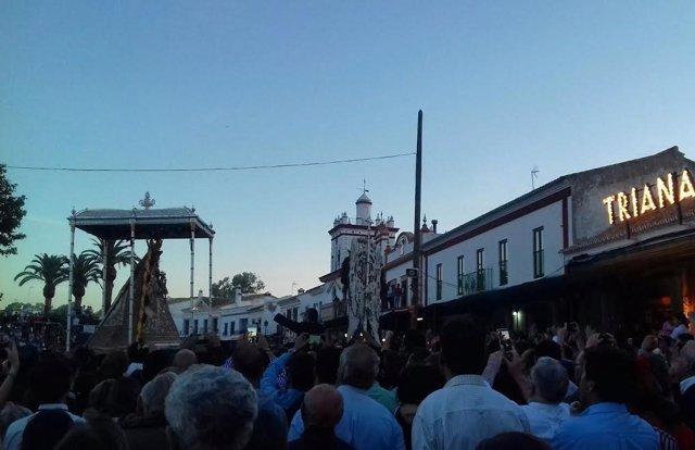 La Virgen del Rocío frente a la hermandad de Triana.