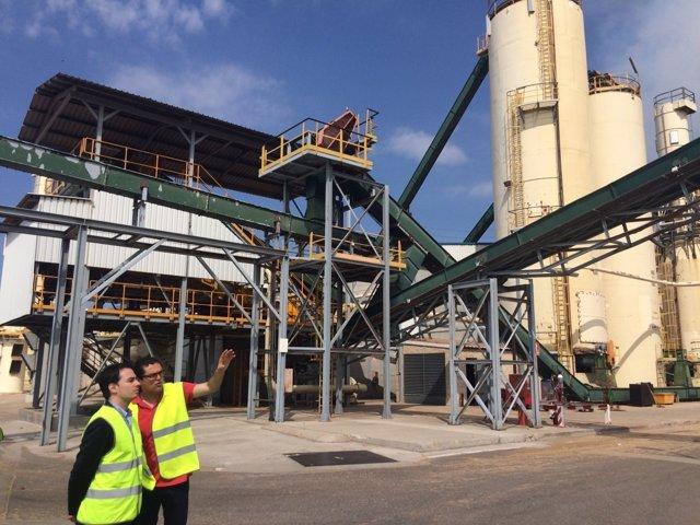 Ricardo Almalé visita las instalaciones de Finsa en Cella.