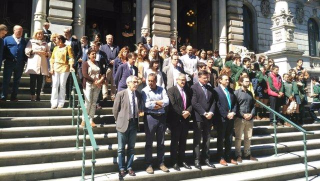 Minuto de silencio en el Parlamento asturiano.