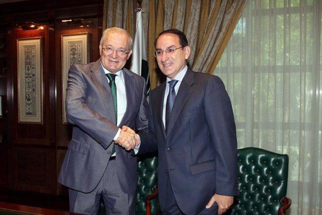 Manuel Azuaga y Javier González de Lara, tras firmas el acuerdo Unicaja-CEA