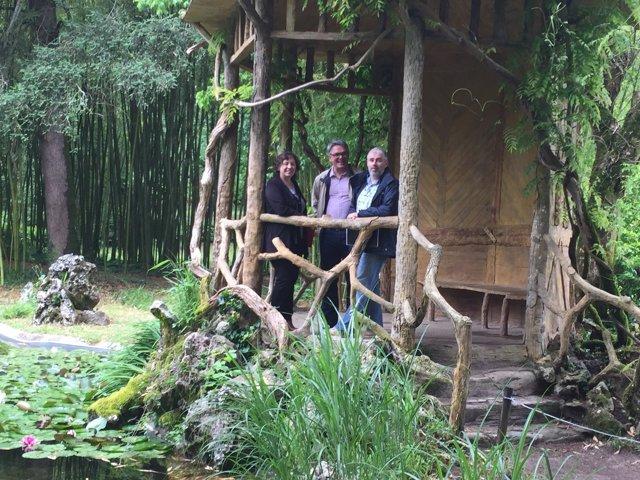 Elizalde, en el jardín de Bertiz. Le acompañan Oyeregui y Olabe.