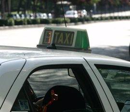 """Plataforma de Afectados por la nueva Ley del Taxi avisa de que el proyecto """"hundirá"""" al sector y afectará a 400 familias"""