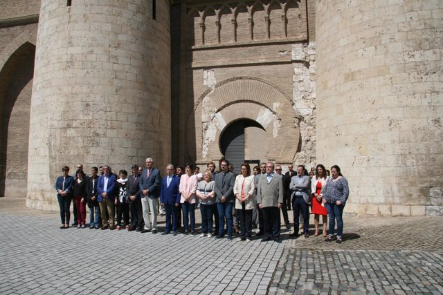 Minuto de silencio en las Cortes de Aragón.