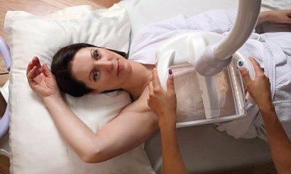 GE Healthcare presenta un sistema para que la paciente controle la compresión de la mama durante la mamografía