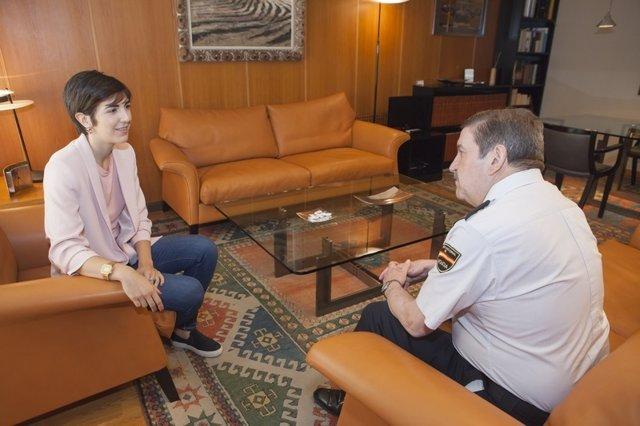 La presidenta de las Cortes se despide del comisario jefe de la Unidad Adscrita
