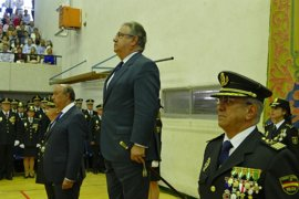 Zoido espera aumentar la convocatoria de policías en los próximos años