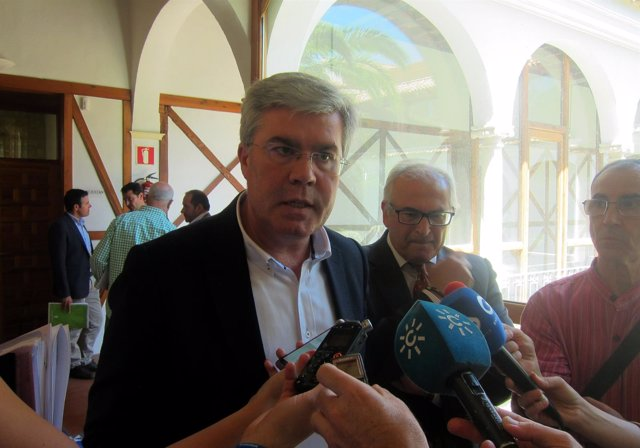José Enrique Fernández de Moya atiende a los periodistas.