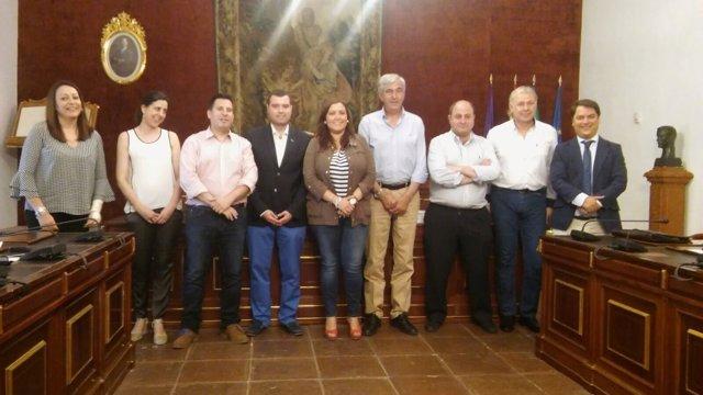 Carrillo (centro), junto representantes de ayuntamientos beneficiarios