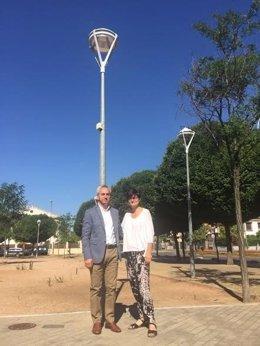 Izquierdo y Pernichi junto a una de las nuevas luminarias