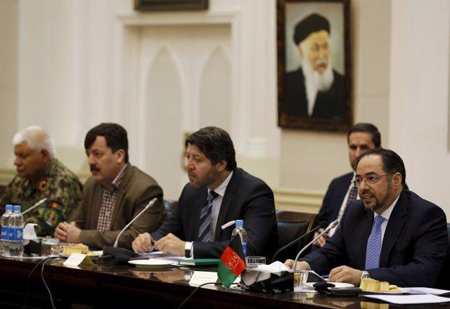 El ministro de Exteriores de Afganistán (primero a la derecha) en una reunión