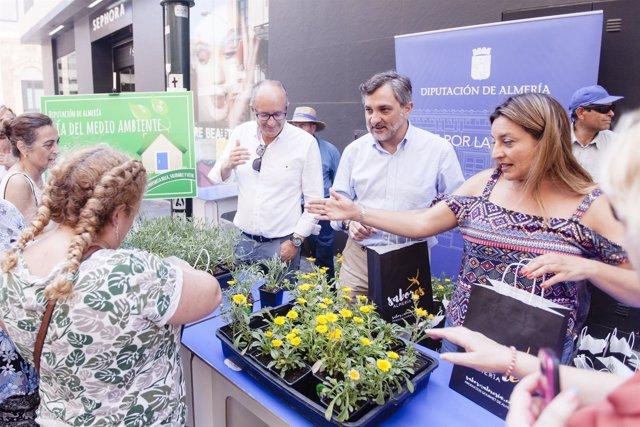 Los diputados han repartido unos 300 ejemplares vegetales entre la población.