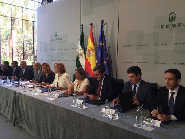 Reyes (2d) en la firma del protocolo para la mejora de caminos rurales.