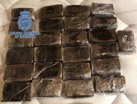 Detenido en Pontevedra un individuo con 2.435 gramos de hachís en planchas en su equipaje