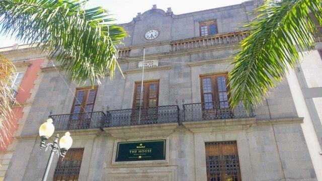 Logotipo de la empresa en la fachada del Palacio de Carta