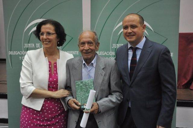 Fernández y Martínez junto a uno de los homenajeados