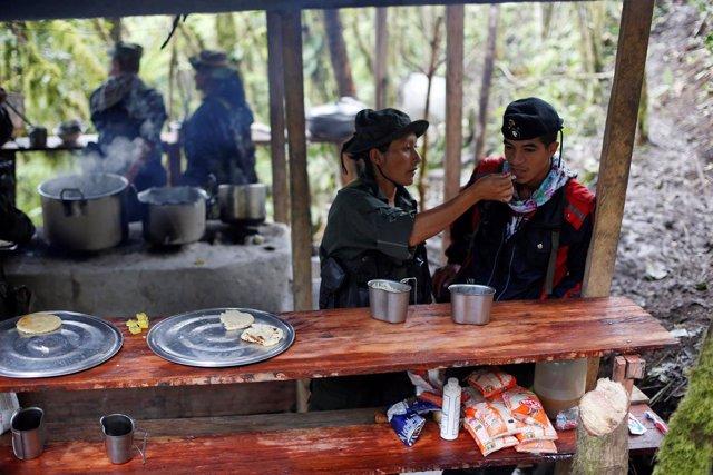 Guerrilleros de las FARC en la selva colombiana