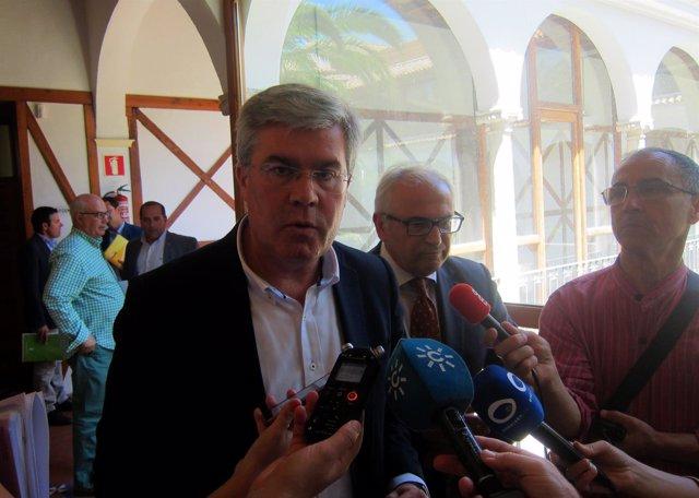 Fernández de Moya, junto a Parras, atiende a los periodistas.